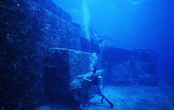 secretul-marelui-cristal-din-atlantida-piramida-subagvatica-in-triunghiul-bermudelor