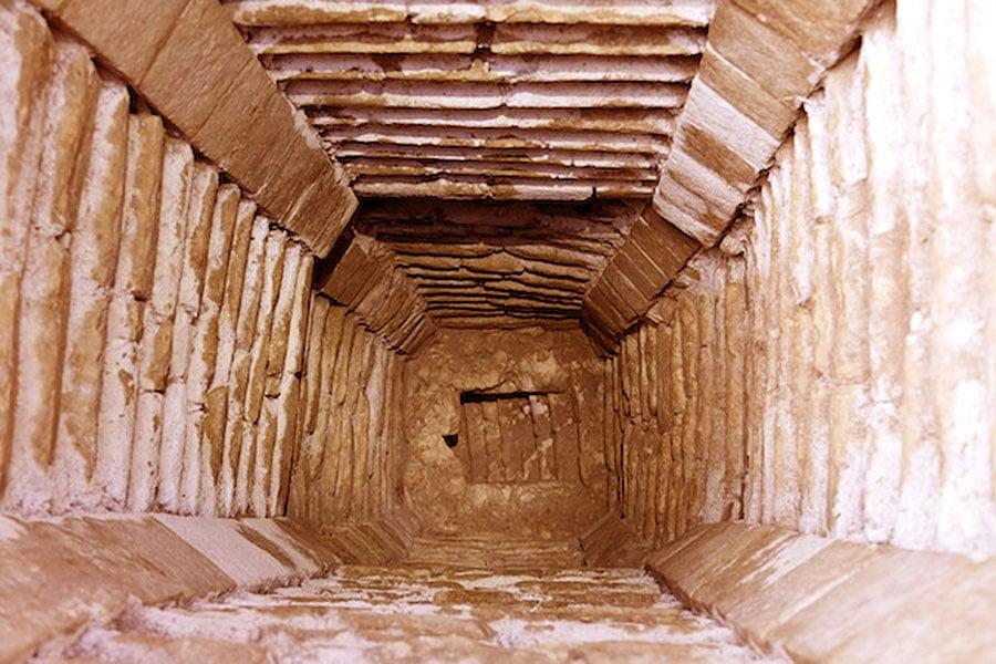 tunelurile-misterioase-de-sub-piramide