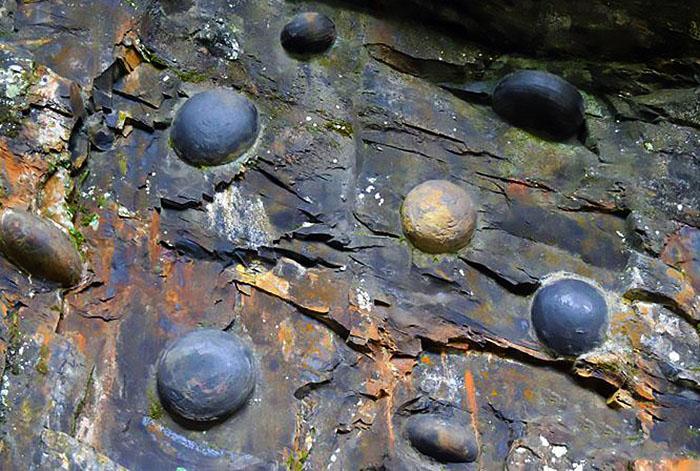 pietrele-rotunde-care-ies-din-munti-muntele-din-gulu_zhai